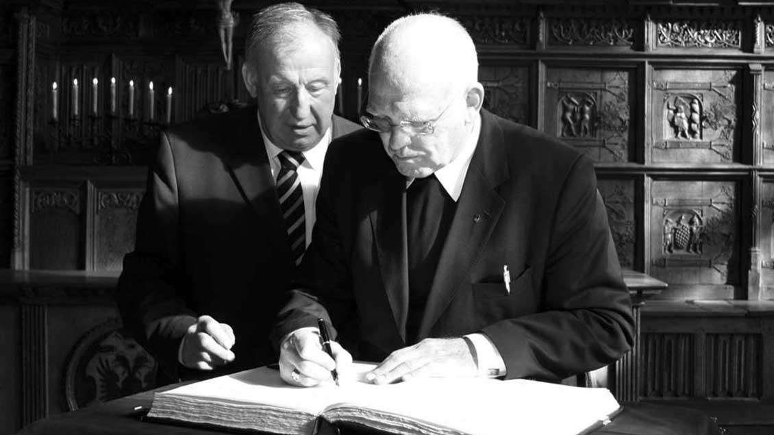 Werner Siebenbrock trägt sich 2008 ins Goldene Buch der Stadt Münster ein.
