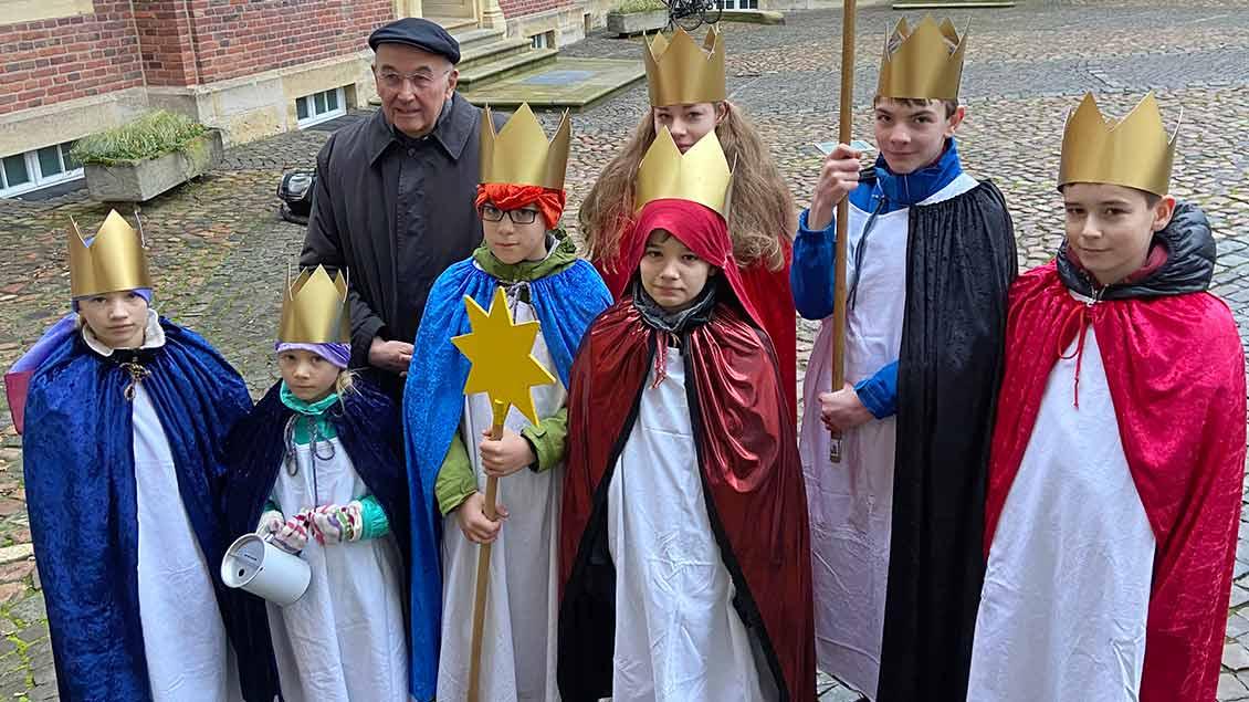 Bischof Felix Genn mit Sternsingern