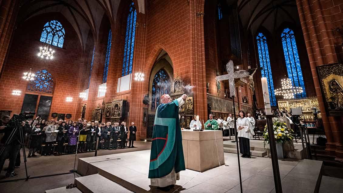 Gottesdienst im Frankfurter Dom  Foto: Peter Juelich (epd)