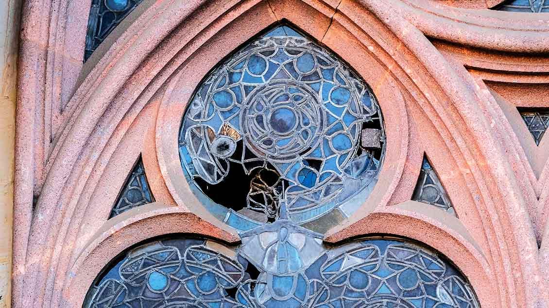 Zerworfene Kirchenfenster in der Thomaskirche in Leipzig