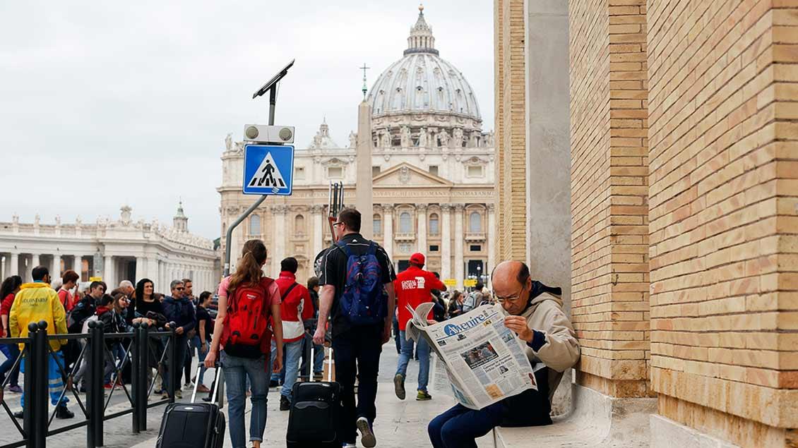 Zeitungsleser vor dem Petersdom
