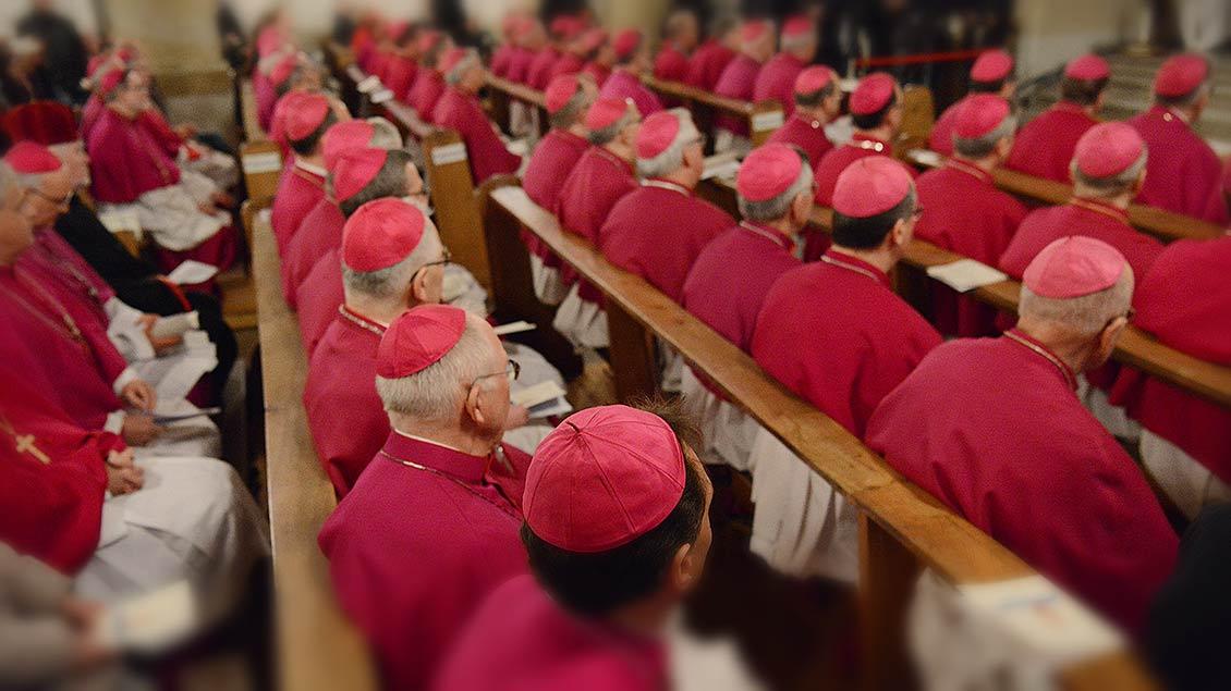 In Kirchenbänken sitzen die deutschen Bischöfe.