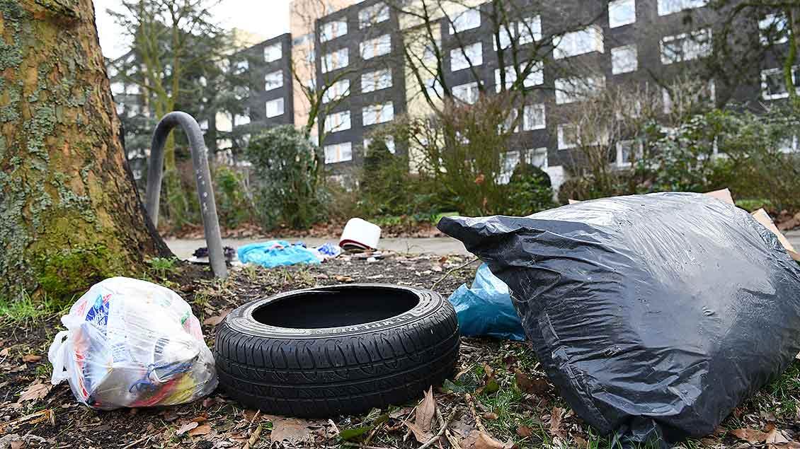 Vor einem Wohnblick in Kinderhaus liegt Müll auf er Straße.