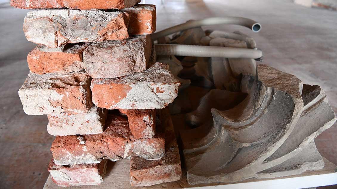 Marode Steine werden aussortiert und ersetzt. | Foto: Michael Bönte