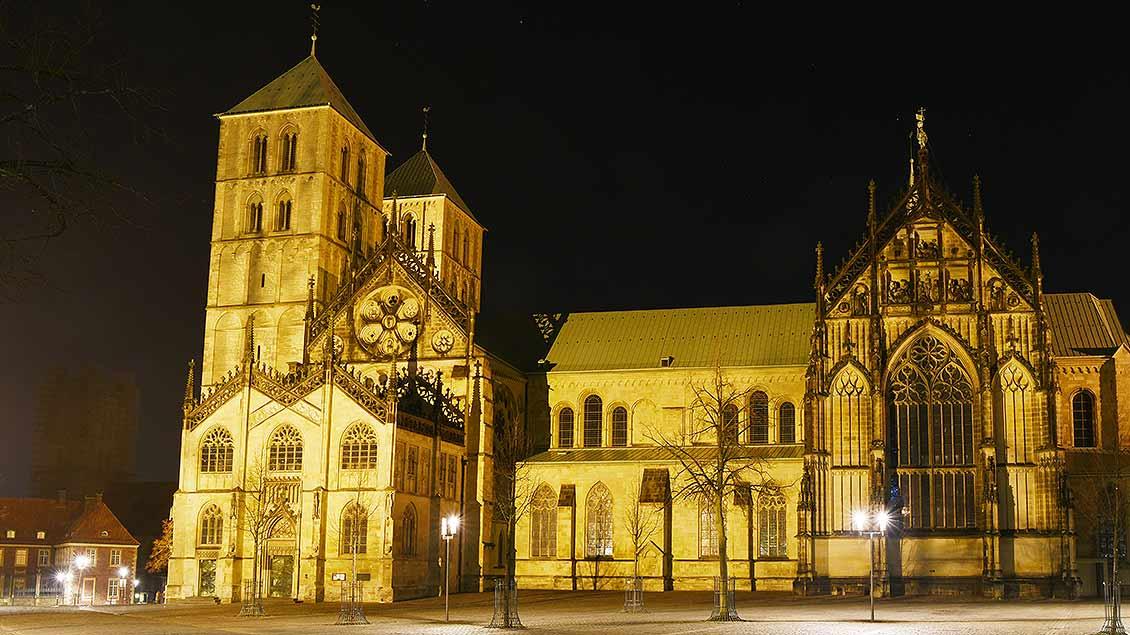 Paulusdom bei Nacht: Links unter den Türmen ist das Südportal zu sehen, das derzeit eingerüstet ist. | Foto: Michael Bönte