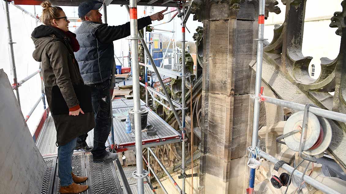Sabrina Friedrich und Steinmetzmeister Theodor Friedrich begutachten die Arbeiten am Portal. | Foto: Michael Bönte