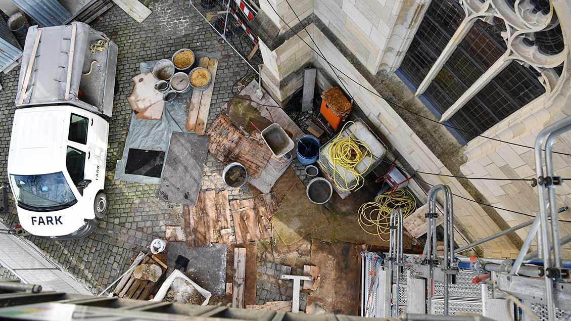 Blick von oben: Die Baustelle der Steinmetze und Steinbildhauer am Paulusdom in Münster. | Foto: Michael Bönte