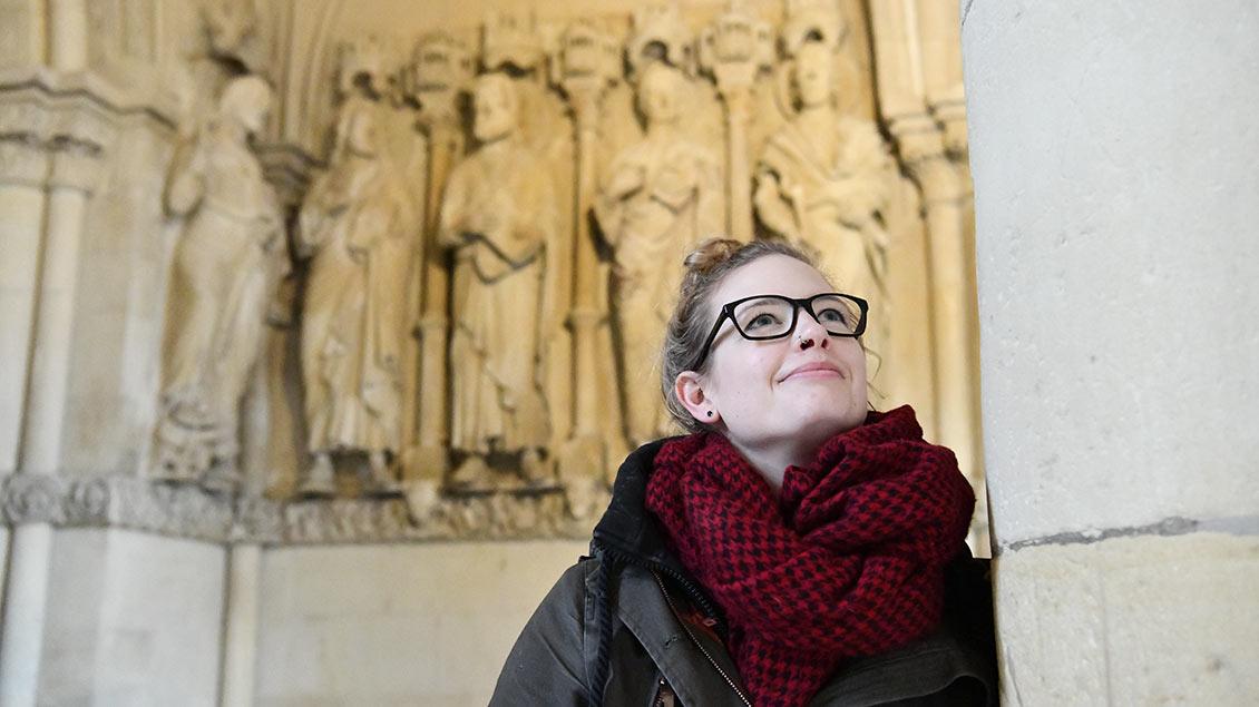 Sabrina Friedrich mit Blick in das Gewölbe des Paradieses, das schon fertig restauriert ist. | Foto: Michael Bönte
