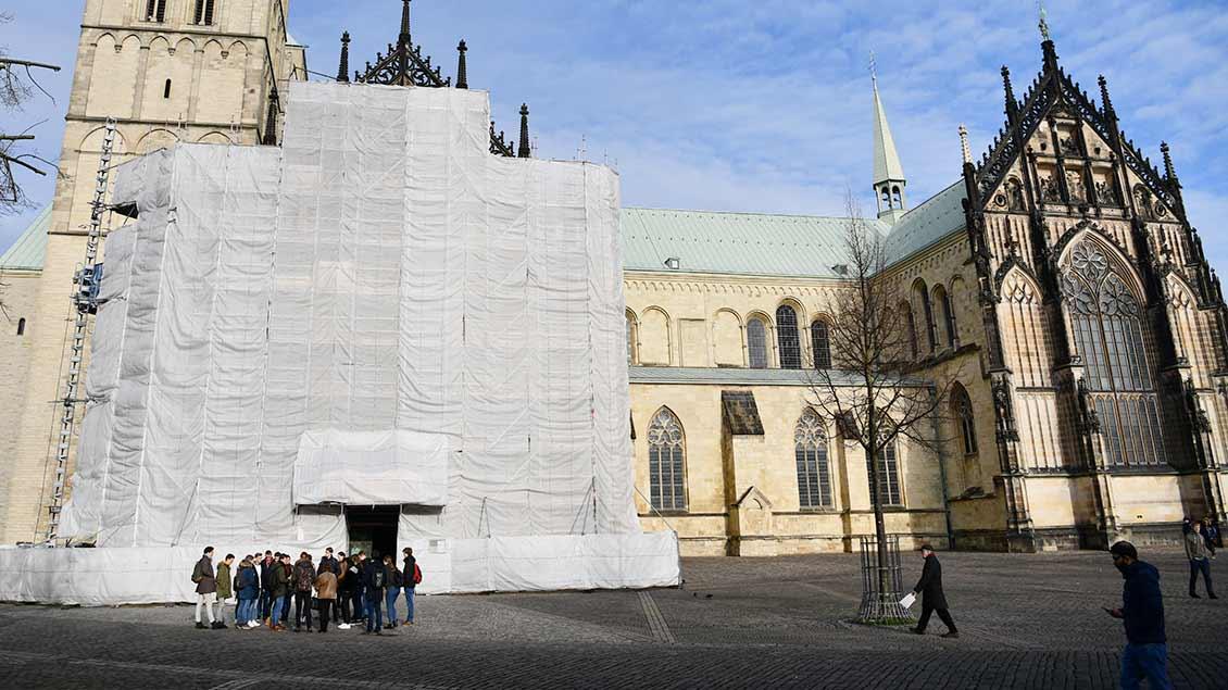 Komplett eingerüstet bis mindestens Ostern: Das Südprotal des Paulusdoms hinter Planen. | Foto: Michael Bönte