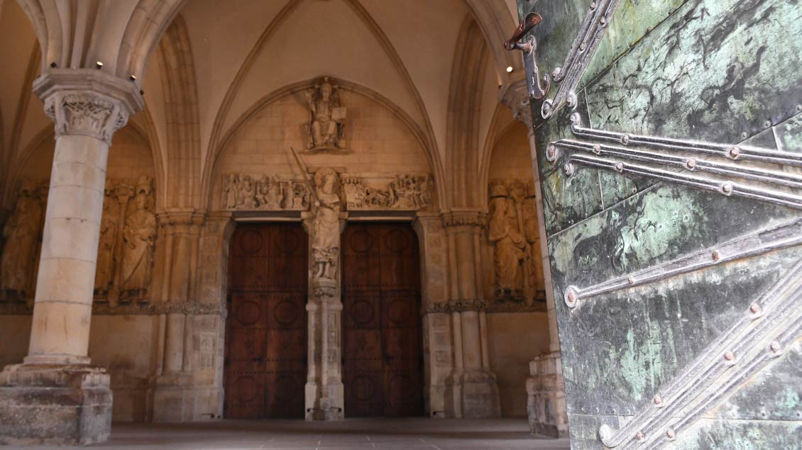 Durch die schwere Kupfertür kann man derzeit nur zeitweise das Paradies betreten. Der Zugang von der Domseite aus ist uneingeschränkt möglich. | Foto: Michael Bönte