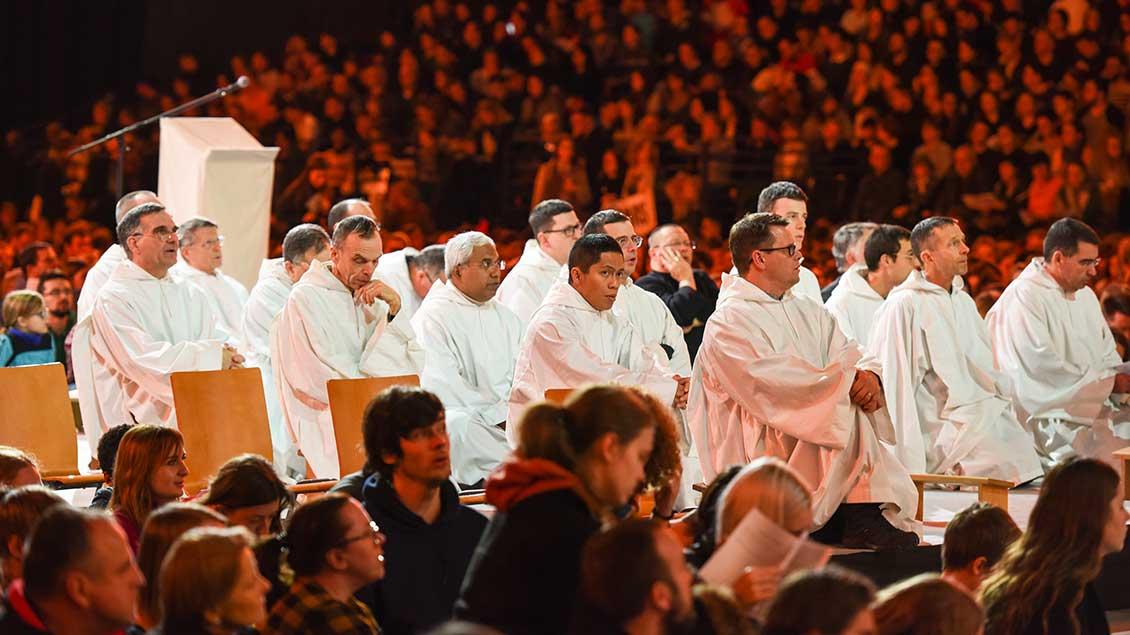 Brüder der ökumenischen Gemeinschaft von Taizé beim Gebet während des Jahrestreffens in Breslau mit rund 14.000 Jugendlichen aus 60 Nationen.