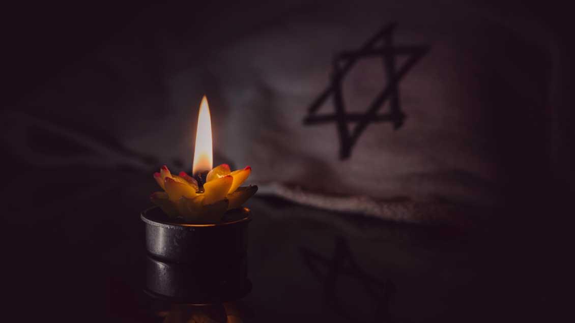 Kerze vor einem Davidsstern