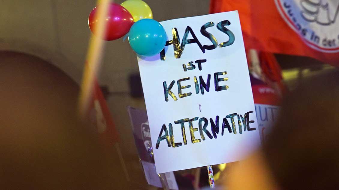 """Protestschild: """"Hass ist keine Alternative"""""""