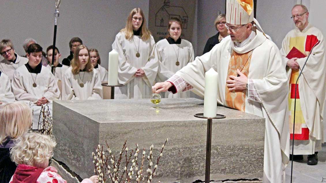 Weihibschof Rolf Lohmann salbt den neuen Altar
