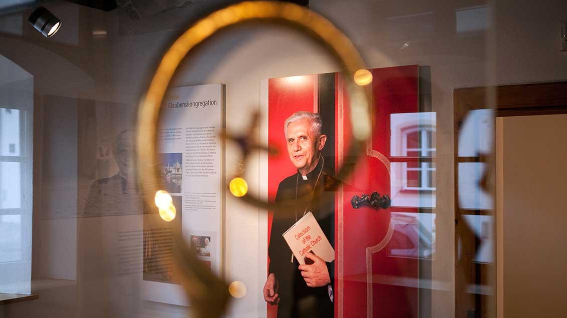 Foto von Joseph Ratzinger in einer Ausstellung