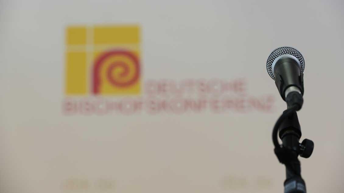 Mikrofon vor Logo der Deutschen Bischofskonferenz