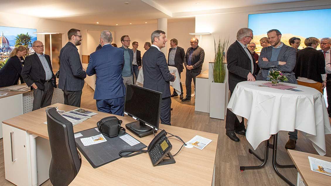 Zu den Gästen der Eröffnungsveranstaltung gehörten unter anderem Gerrit Abelmann (Mitte), Vorstand der Darlehnskasse Münster, Lichtkünstler Mario Haunhorst (vorne ganz rechts) und Pfarrer Hans-Werner Dierkes.