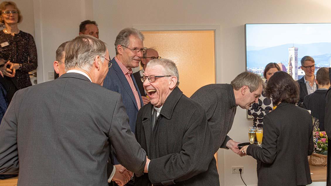 Weihbischof em. Dieter Geerlings im Gespräch mit Generalvikar Winterkamp (ganz links).