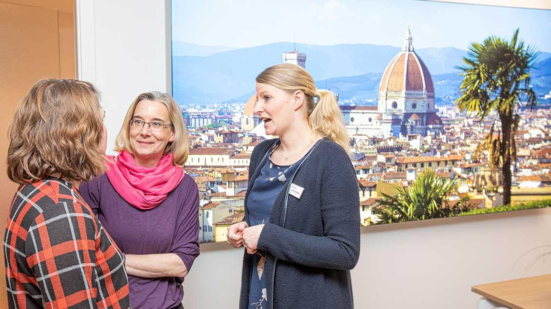 Mitarbeiterinnen von Dialog Medien & Emmaus-Reisen im Gespräch (von links): Sandra Engels, Ines Watermann und Katja Stratmann.