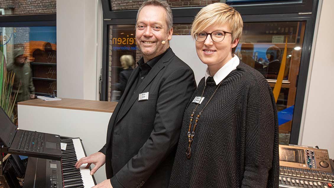 Für die musikalische Umrahmung sorgte Anselm Thissen, hier mit Emmaus-Mitarbeiterin Nicole Werger.