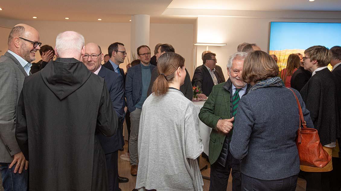 Gute Gespräche im modernisierten Geschäftsraum von Emmaus-Reisen.