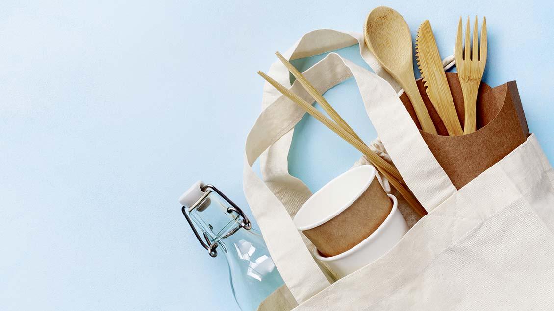Tasche mit Holzbesteck und Bechern