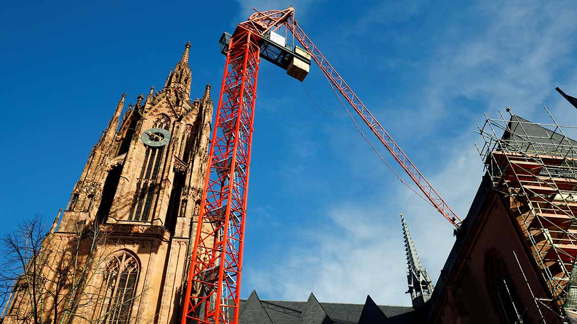 Frankfurter Dom mit abgeknicktem Ausleger eines Baukrans Foto: Ralph Orlowski (Reuters)