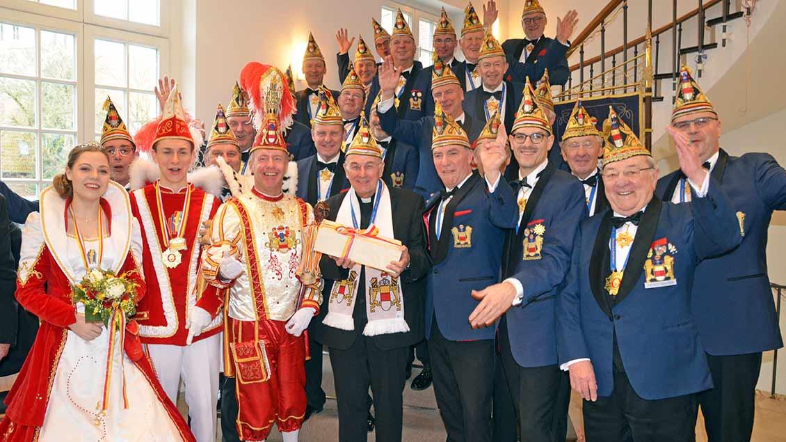 Bischof Felix Genn mit Karnevalisten
