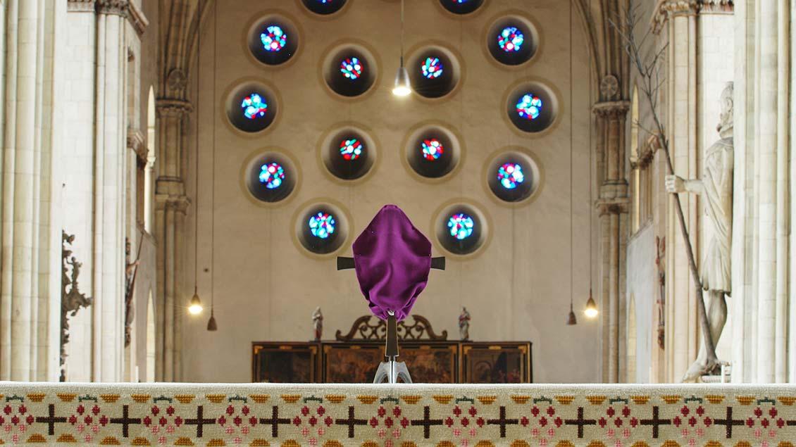 Verhülltes Altarkreuz