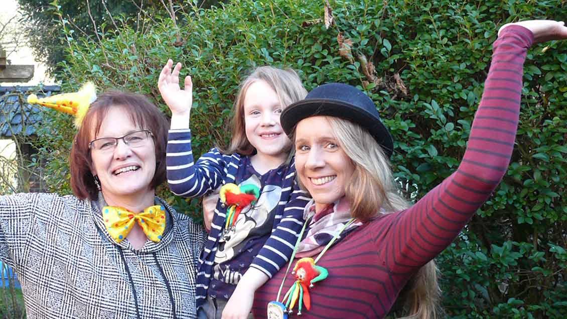 Annette Flaswinkel (links), Britta Böing und die fünfjährige Hermine