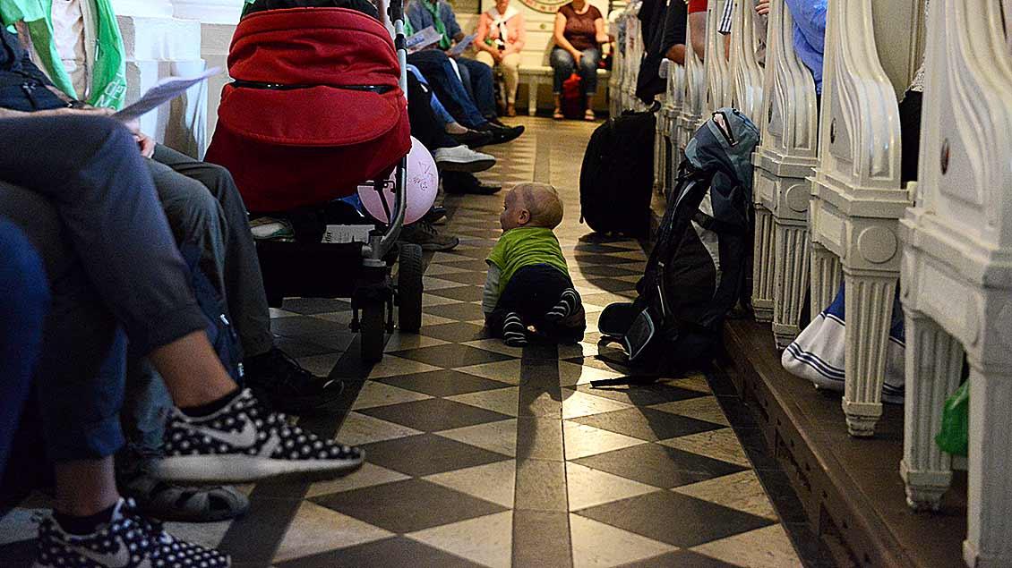 Kind krabbelt durchs Mittelschiff.