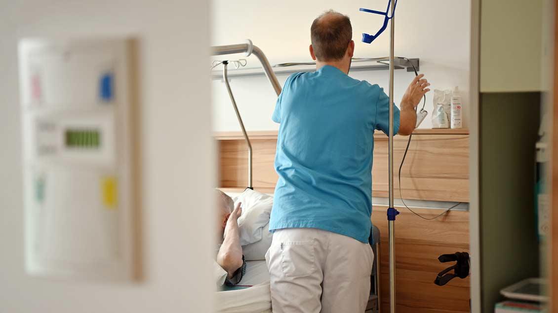 Pfleger mit Patientin im Krankenhaus