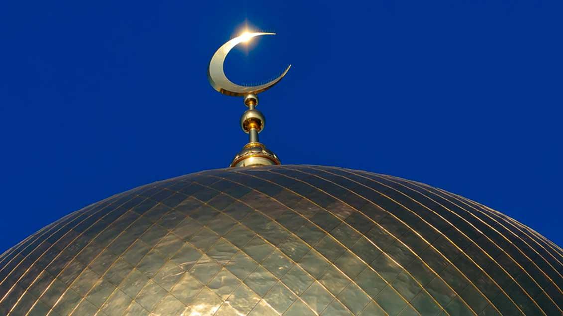 Halbmond auf Moscheekuppel