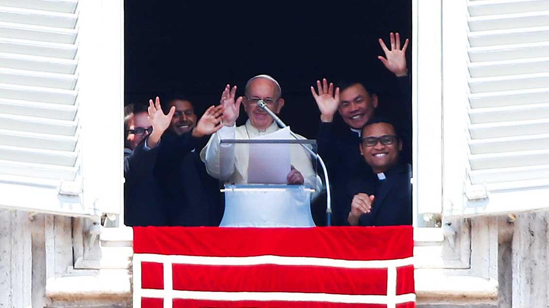 Papst mit Neupriestern