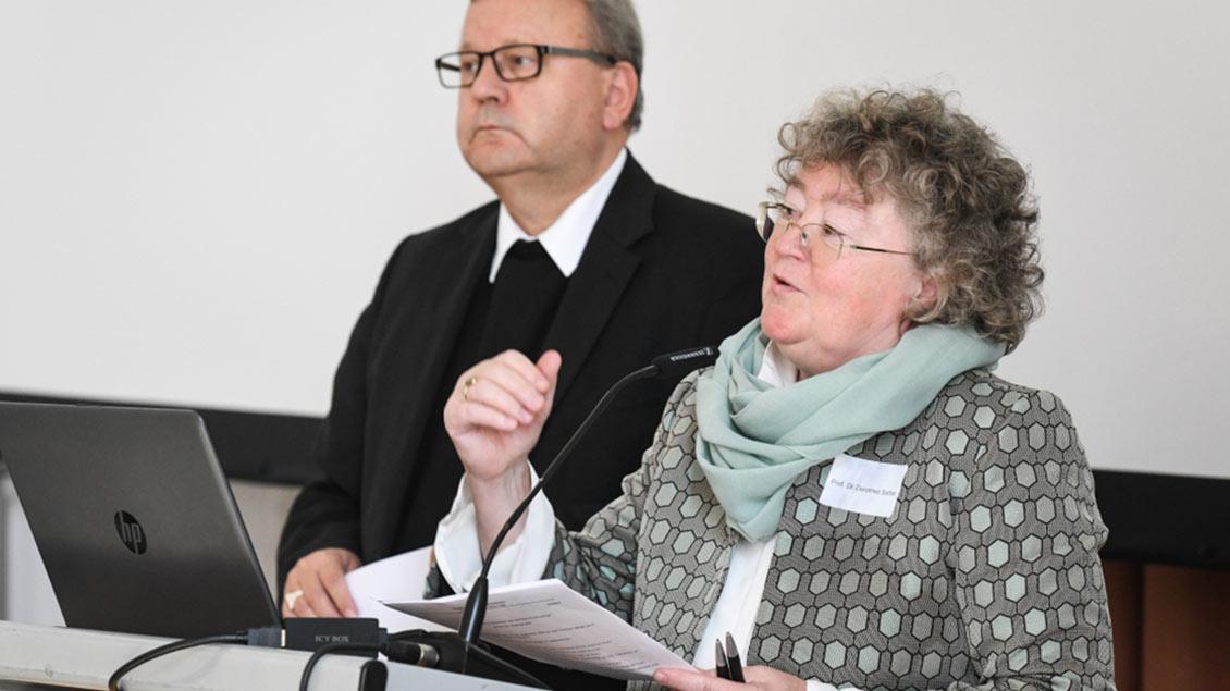 Dorothea Sattler gemeinsam mit Bischof Bode. Foto: Harald Oppitz (KNA)