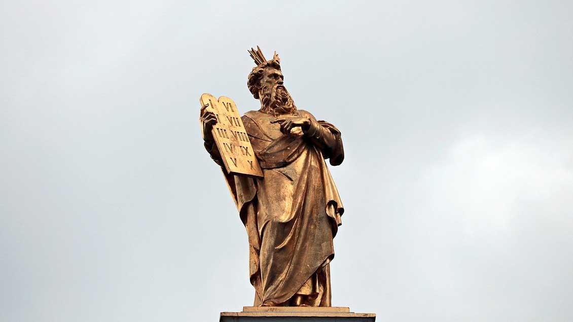 Moses-Statue mit den Tafeln der Zehn Gebote.