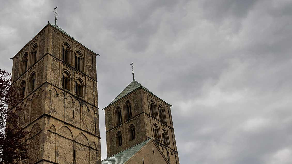 Münsteraner Dom vor dunklen Wolken