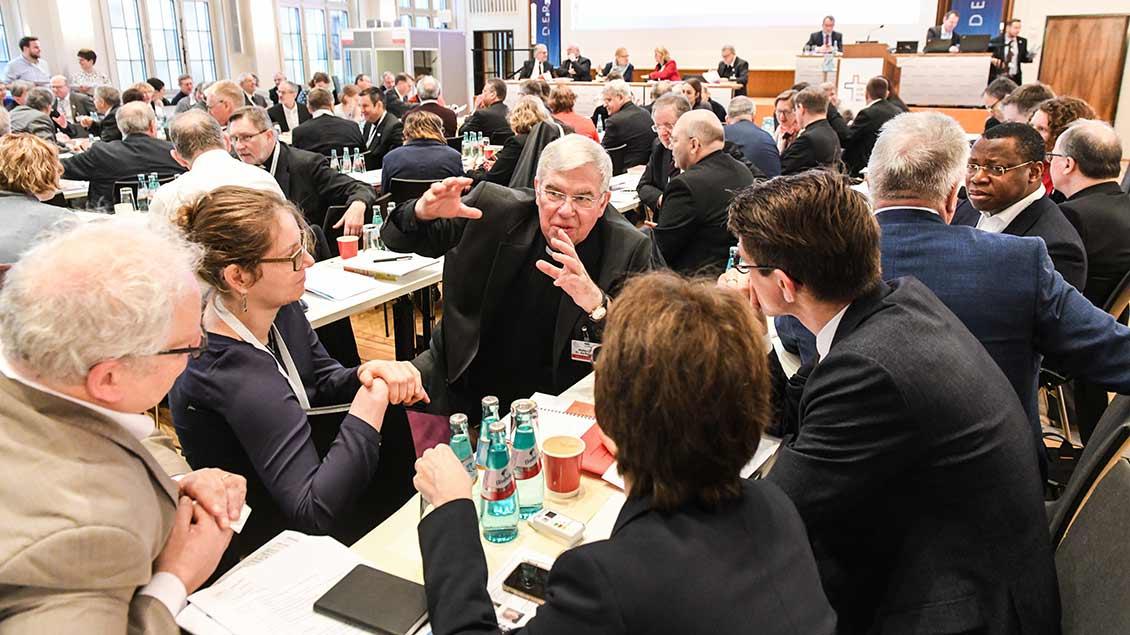 Teilnehmer der Synodalversammlung im Dominikanerkloster in Frankfurt.