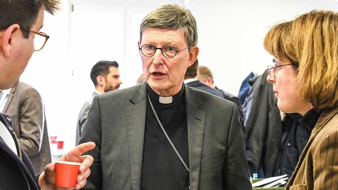 Kardinal Rainer Maria Woelki, Erzbischof von Köln, im Gespräch mit Teilnehmern bei den Beratungen der Synodalversammlung.