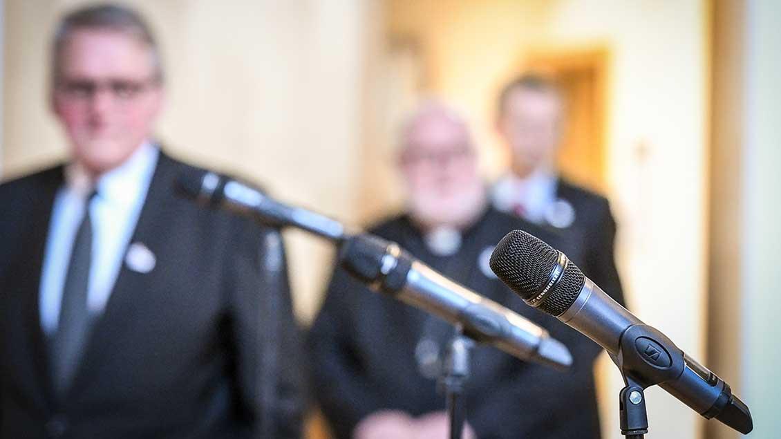 Mikrofone im Vordergrund, dahinter ZDK-Präsident Thomas Sternberg und DBK-Vorsitzender Reinhard Marx.