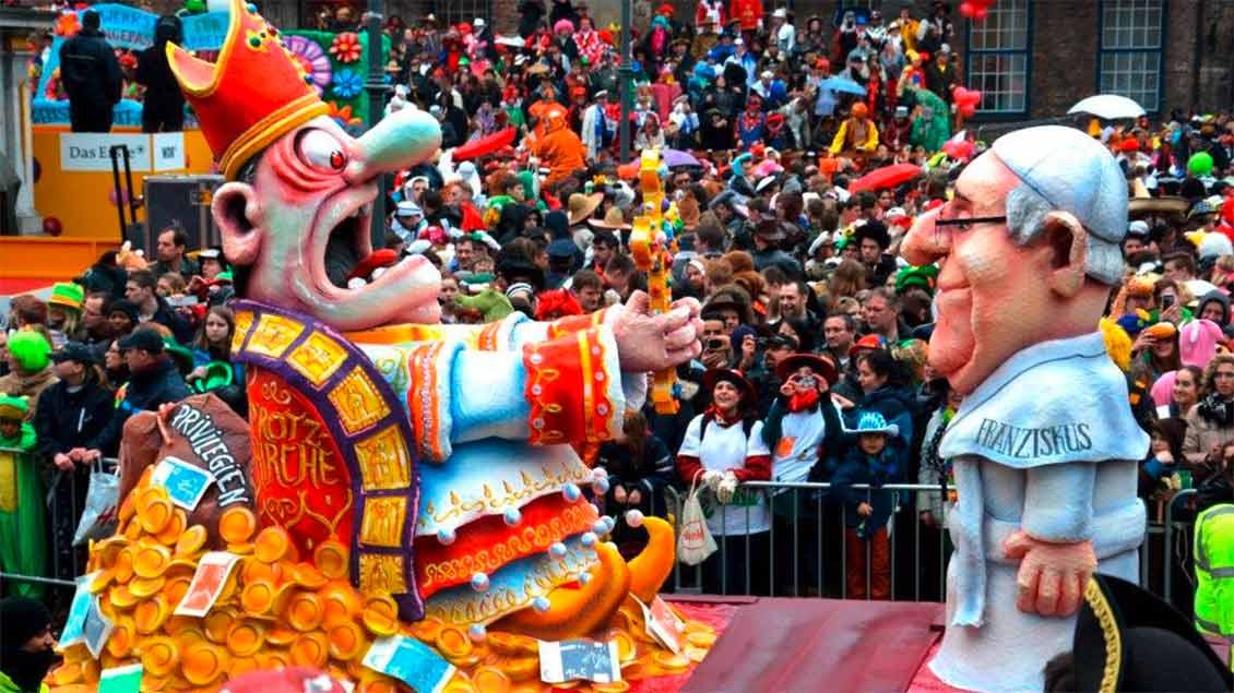 Karnevalswagen mit Papst Franziskus und Personifizierung einer Protz-Kirche