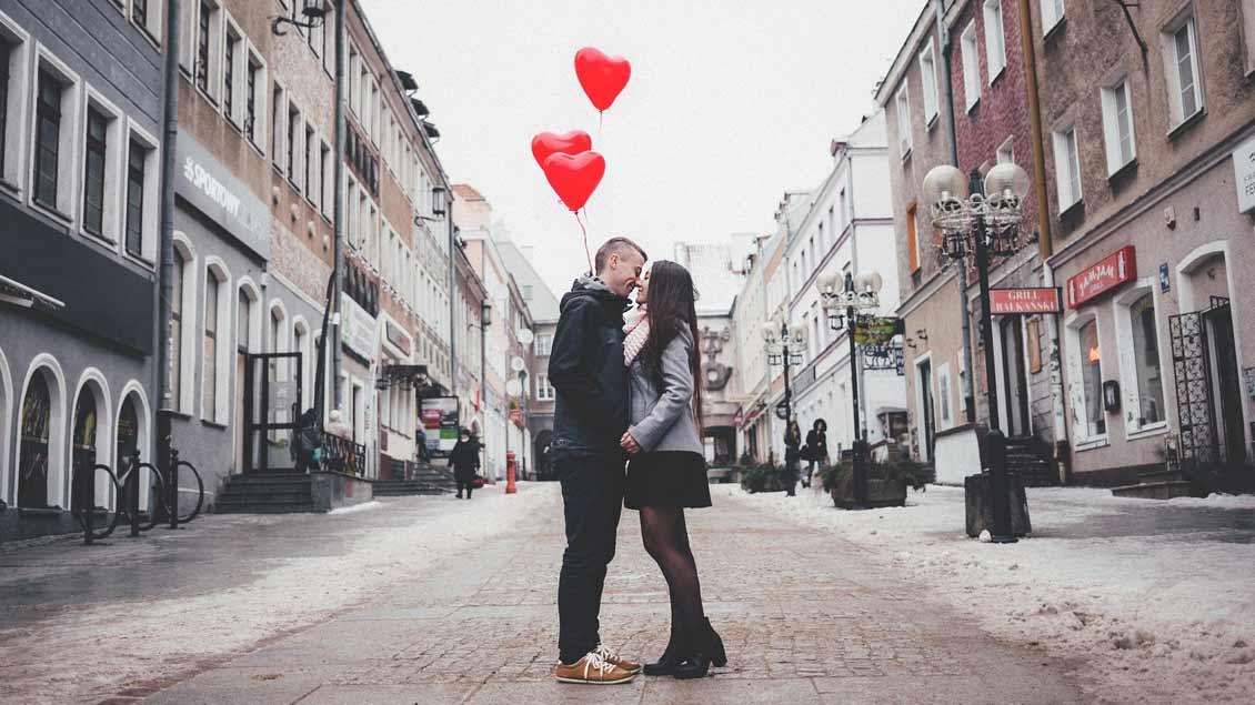 Verliebtes Paar auf einer Straße.