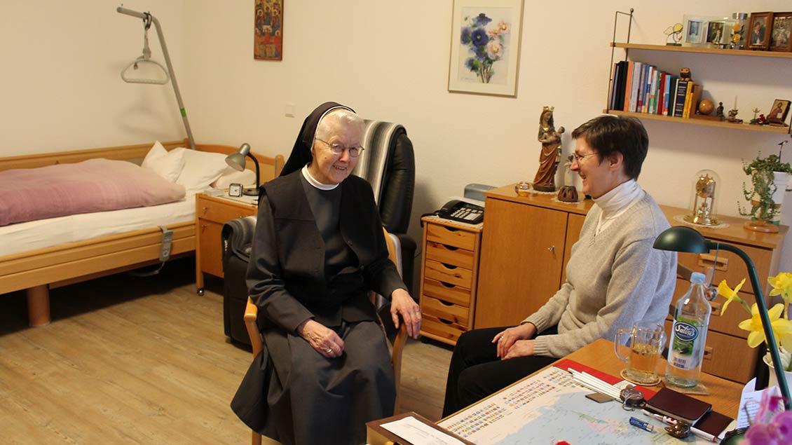 Schwester Pia und Schwester Vinzenza (von links) im neuen Zimmer vom Schwester Pia.