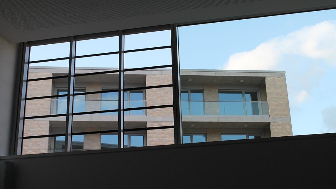 Blick aus der Kapelle auf das neue Mietshaus A.