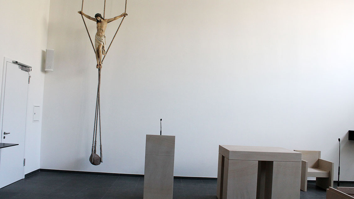 Die Kapelle mit Kreuz, Ambo und Altar war zu diesem Zeitpunkt noch Baustelle.