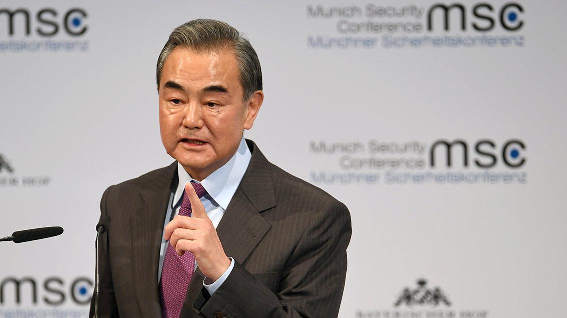 Der chinesischer Außenminister Wang Yi spricht am Mikrofon auf der Sicherheitskonferenz in München.