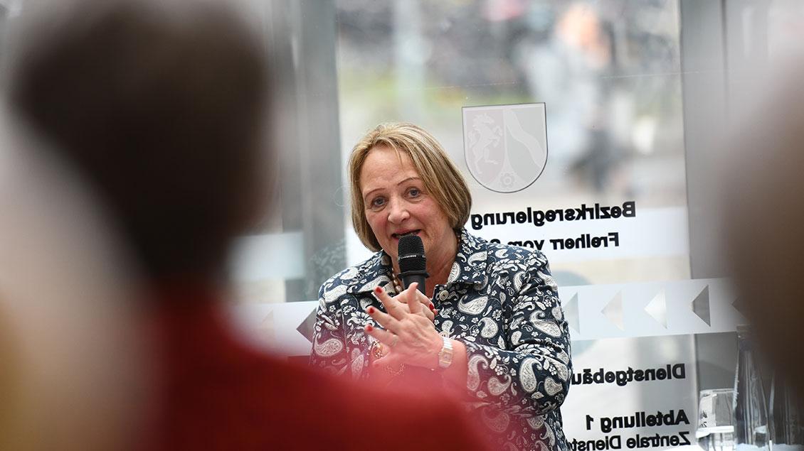 Sabine Leutheusser-Schnarrenberger spricht während des Festakts in Münster in eine Mikrofon.