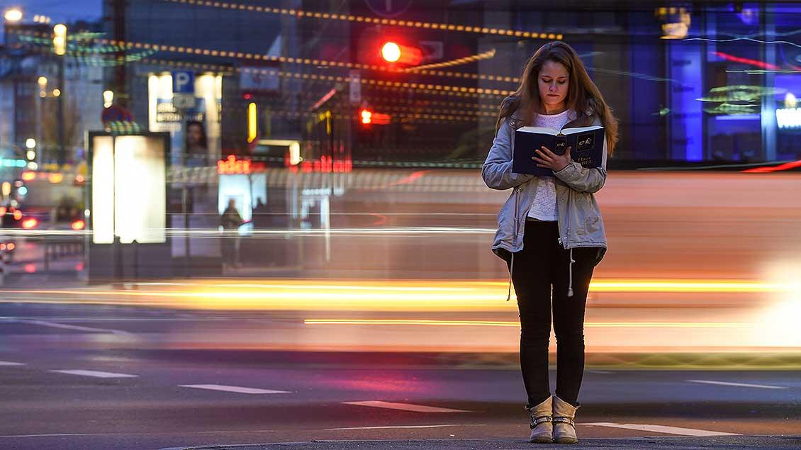 Frau liest in der Bibel