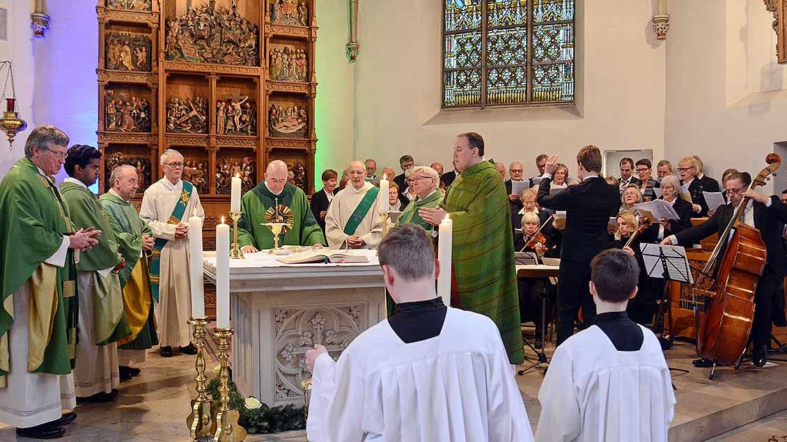 Am Altar in der Sankt-Lambertus-Kirche in Hoetmar feiert Bishof Felix Genn mit anderen Geistlicchen die Eucharistie.