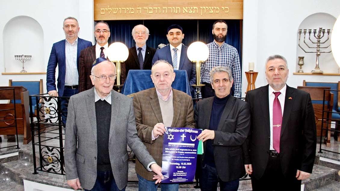 Juden, Christen und Muslime beten in der Synagoge